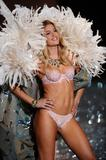 th_93205_Doutzen_Kroes_Victorias_Secret_Fashion_Show_in_NY_Catwalk_November_19_2009_13_122_457lo.jpg